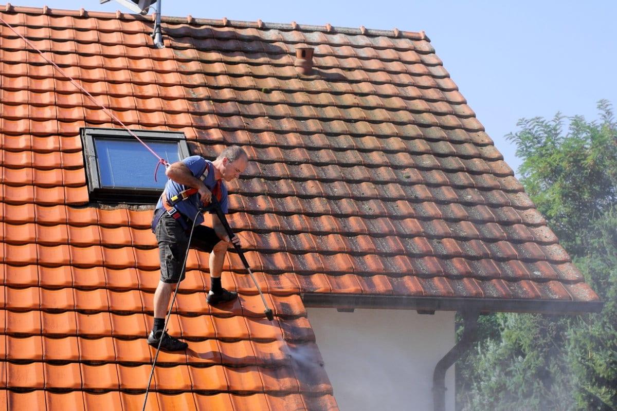 ontmossen van daken met hogedrukreiniger